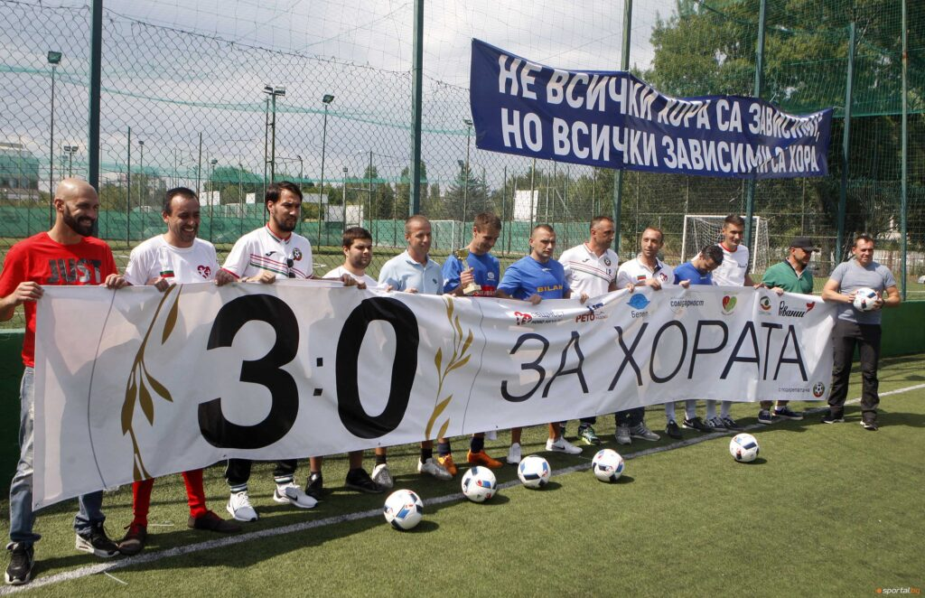 Ивайло Петев и Ивелин Попов с участниками турнира на общем фото во время церемонии закрытия