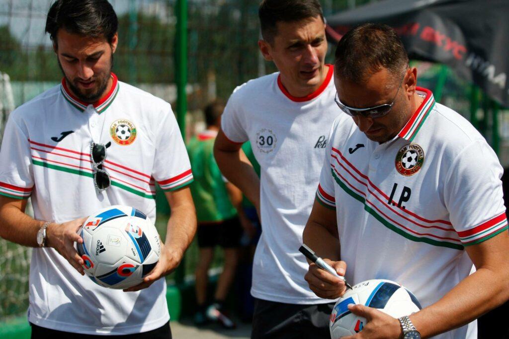 Ивайло Петев и Ивелин Попов подписывают мячи